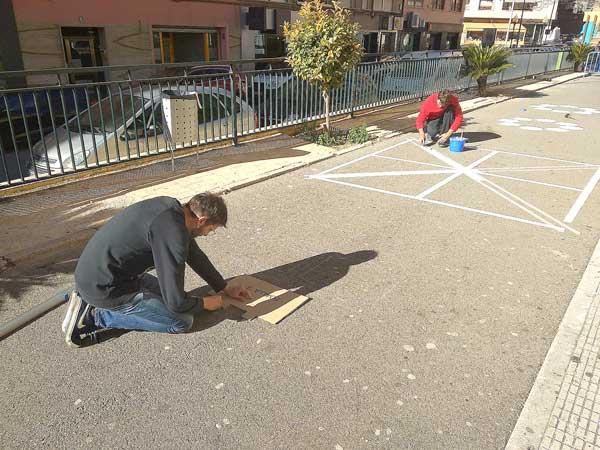 Educació pinta a terra jocs tradicionals davant del Casal Jove